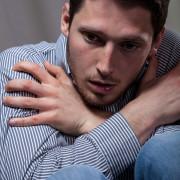 Mann mit Zwangsstörungen